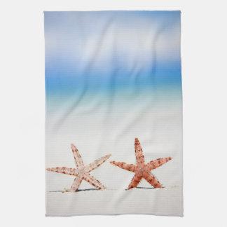 Estrellas de mar en la playa toalla de mano
