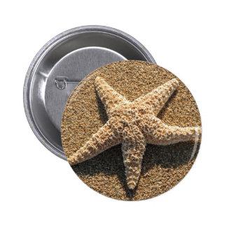 Estrellas de mar en la playa pin redondo 5 cm