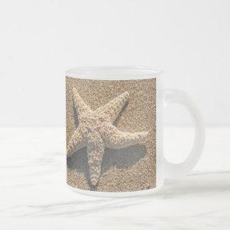 Estrellas de mar en la playa tazas de café