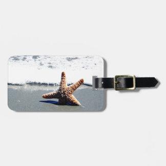 Estrellas de mar en la resaca etiqueta para maleta