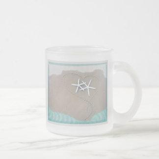 Estrellas de mar en taza de café del corazón