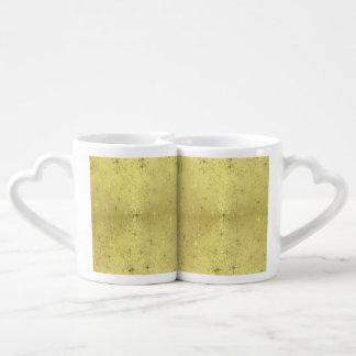 Estrellas de oro del navidad en el papel de la tazas para enamorados