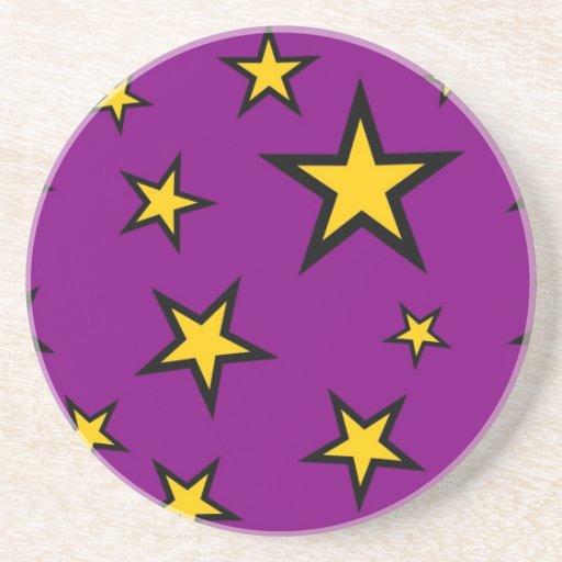 Estrellas del amarillo en fondo púrpura posavasos cerveza