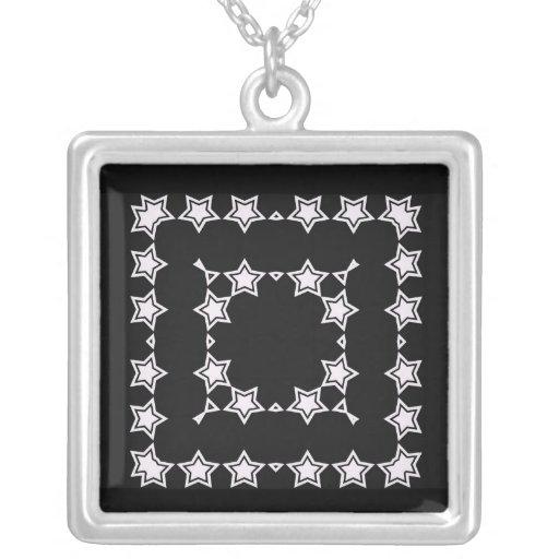 Estrellas del blanco en el collar negro