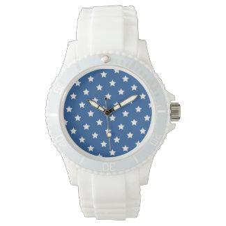 Estrellas del blanco en el reloj deportivo azul