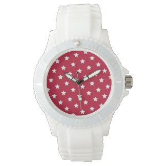 Estrellas del blanco en el reloj deportivo rojo