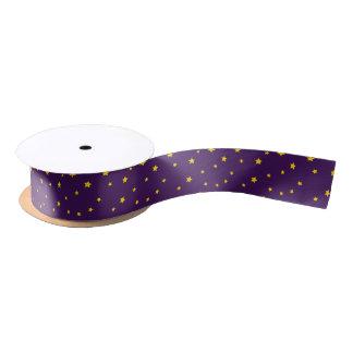 Estrellas del oro del navidad en cinta púrpura lazo de raso