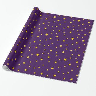 Estrellas del oro del navidad en el papel de papel de regalo