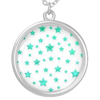 Estrellas del verde en el collar blanco