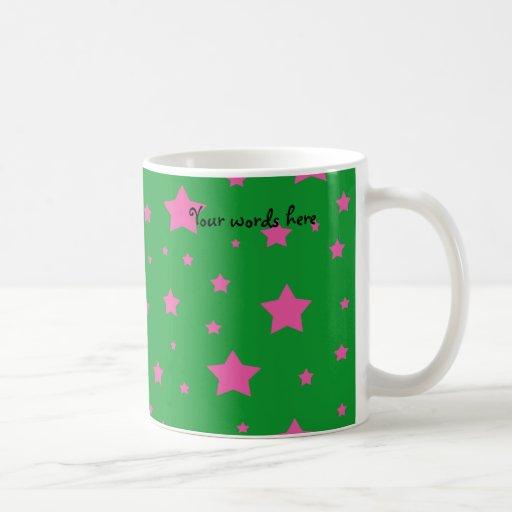 Estrellas del verde y del rosa taza básica blanca