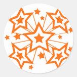 Estrellas estupendas anaranjadas pegatina redonda