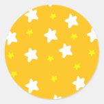 Estrellas felices anaranjadas pegatina redonda