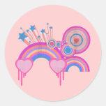 Estrellas punkyes rosadas y espirales del arco iri etiqueta