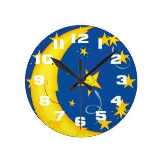 Estrellas y luna del oro reloj redondo mediano