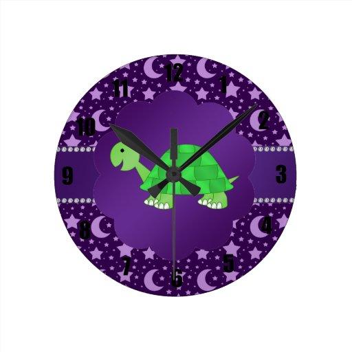 Estrellas y lunas lindas de la púrpura de la tortu reloj redondo mediano