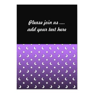 """Estrellas y lunas minúsculas en púrpura invitación 5"""" x 7"""""""
