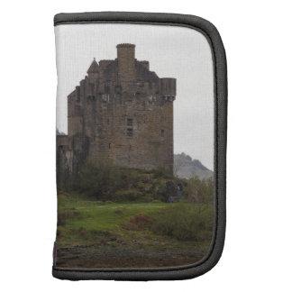 Estructura del castillo de Eilean Donan con el pue Organizador