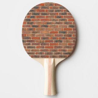 Estructura roja de la pared de ladrillo pala de ping pong