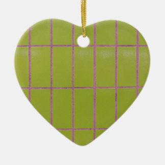 Estructura verde de la teja adorno navideño de cerámica en forma de corazón