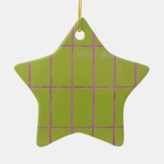 Estructura verde de la teja adorno navideño de cerámica en forma de estrella