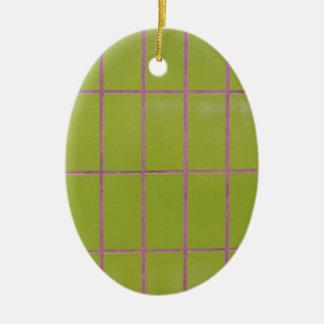 Estructura verde de la teja adorno navideño ovalado de cerámica