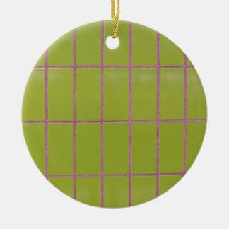 Estructura verde de la teja adorno navideño redondo de cerámica