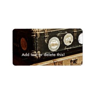 Estuches de viaje apilados del vintage etiqueta de dirección