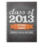 Estudiante anaranjado de la graduación de la pizar cuaderno