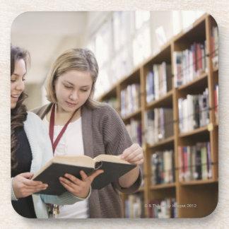 Estudiante de ayuda del bibliotecario con la inves posavasos