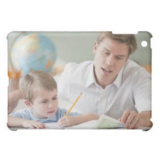 Estudiante de ayuda del profesor con la preparació
