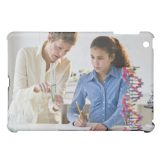 Estudiante de ayuda del profesor en laboratorio de