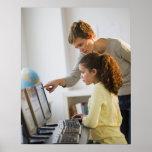 Estudiante de ayuda del profesor en laboratorio de poster