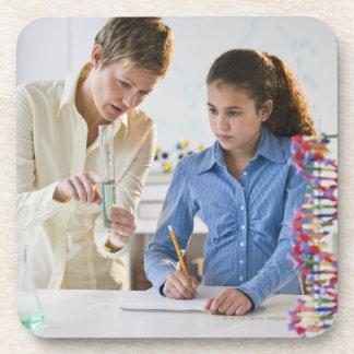Estudiante de ayuda del profesor en laboratorio de posavaso