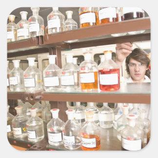 Estudiante de la ciencia en sala de clase pegatinas cuadradases