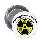 Estudiante de la radiología en el entrenamiento pins