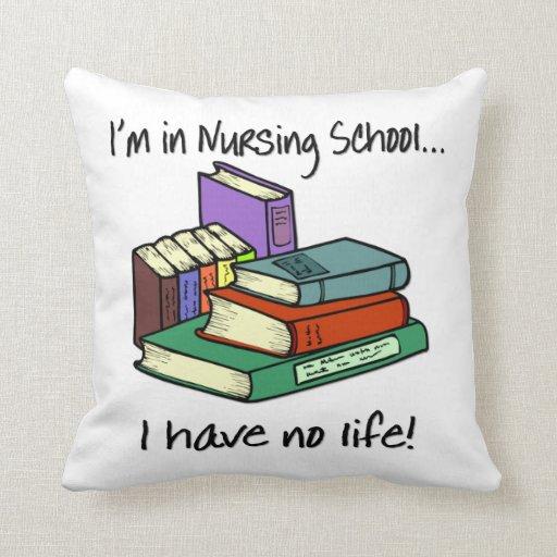 Estudiante del oficio de enfermera almohadas