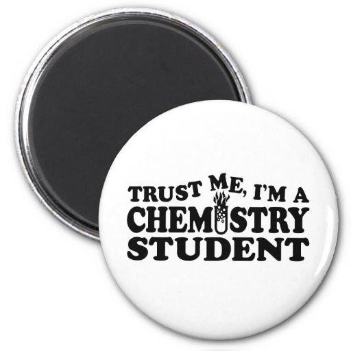 Estudiante del químico iman para frigorífico