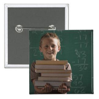 Estudiante joven en sala de clase pin cuadrado