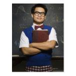Estudiante masculino asiático Nerdy que sostiene e Postal