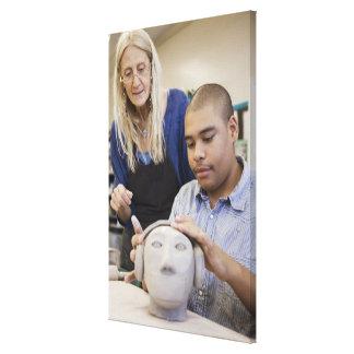 Estudiante que esculpe el busto en sala de clase impresiones en lona estiradas