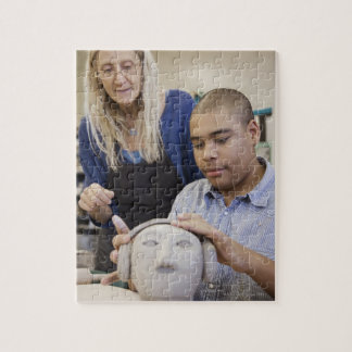 Estudiante que esculpe el busto en sala de clase puzzle
