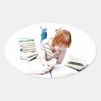 Estudiante que estudia para conseguir a la calcomanías ovales personalizadas