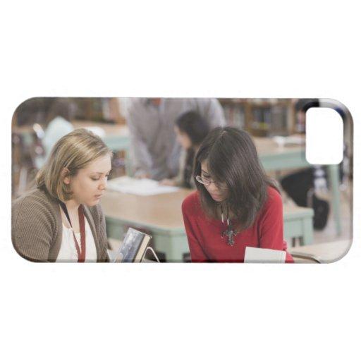 Estudiante que habla con el bibliotecario en bibli iPhone 5 Case-Mate funda