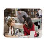 Estudiante que habla con el bibliotecario en bibli imán de vinilo