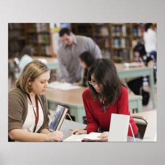 Estudiante que habla con el bibliotecario en bibli póster