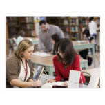 Estudiante que habla con el bibliotecario en postales