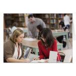 Estudiante que habla con el bibliotecario en tarjeta de felicitación