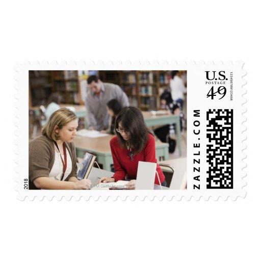Estudiante que habla con el bibliotecario en timbre postal
