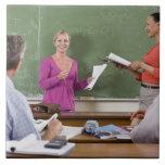 Estudiante que habla con la clase y el profesor qu azulejo cuadrado grande