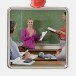 Estudiante que habla con la clase y el profesor qu ornatos